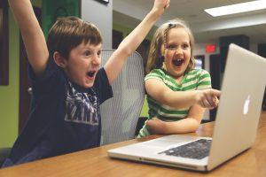 Enfants satisfaits de réussir en informatique